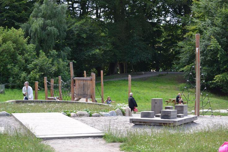 Gratis er op uit in Denemarken? Bezoek dan het park in Middelfart. Volop speelplezier, ruimte om te wandelen, de zee, herten en picknickplekken. Genieten!