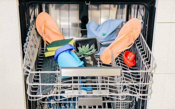 Aaah, de vaatwasser. Een geschenk uit de hemel voor menig gezin (en single, laten we eerlijk zijn). Maar wist je dat je veel meer kan schoonmaken in de afwasmachine dan enkel servies en bestek? Zoals deze 10 verrassende voorwerpen bijvoorbeeld.