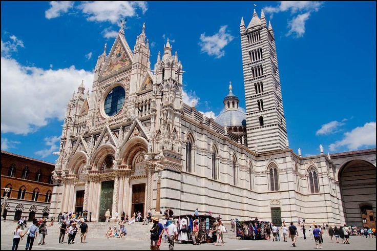 Сиена. Кафедральный Собор Успения Богоматери ('Cattedrale di Santa Maria Assunta') строился в 13 веке.  Нижняя часть фасада спроектирована Джованни Пизано, включая все скульптуры (сейчас на фасаде - копии). Верхняя часть строилась позже. Огромное окно-розетка - проект Дуччо, люнеты - проект Джованни ди Чеччо, по образу собора в Орвието.