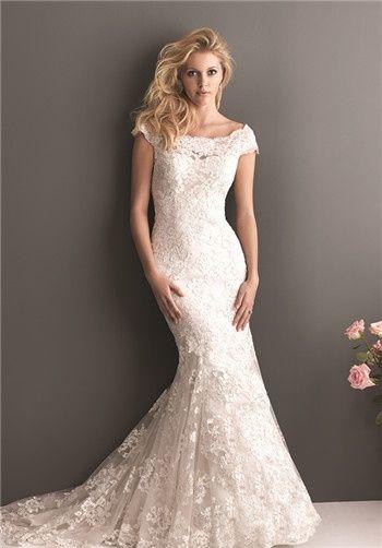 Suave e romântico.  Este vestido fino, equipado apresenta um bordado delicado por toda parte.  O decote escavou apresenta uma manga cap off-a-ombro com uma parte traseira em forma de v.