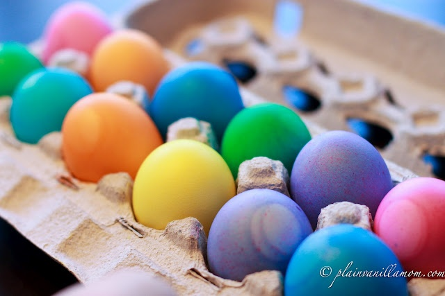 How to dye eggs using food coloring: Colors Easter, Food Colors, Easter Traditional, Kids Stuff, How To Colors Eggs, Vanilla Mom, Food Coloring, Plain Vanilla, Easter Eggs