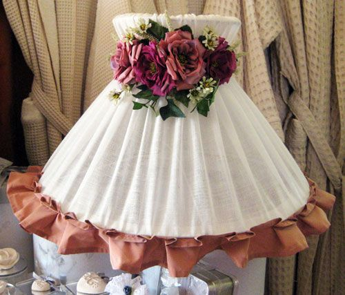 Shade made of pure linen cream, with ruches Taffetas in antique pink with removable garland of roses.  The shade is completely removable, washable at 30 °.  Dimensions: diameter 40 x height 40 cm.