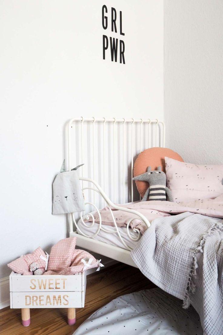Himmlische Nächte mit den schönsten Kinderzimmer Accessoires von kyddo und einem super einfachen DIY-Puppenbett! Schöne Inspirationen für's Mädchen Kinderzimmer / Schlafzimmer inkl. selbstgemachten Puppenbett. Kinderzimmer Deko kommt mit dem schönen Kissen und Decken für Kinder auch nicht zu kurz!
