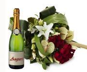 Bouquet con rose rosse e fiori misti abbinato a spumante per festeggiare il nuovo anno.