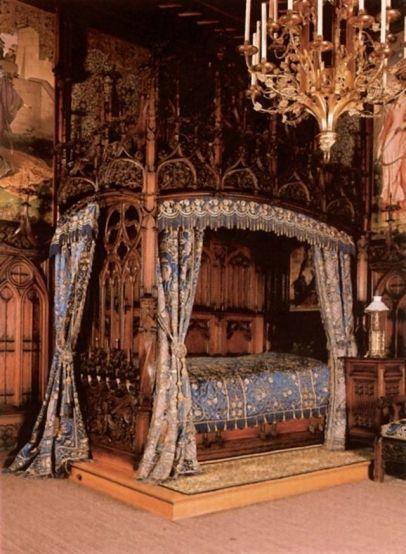アンティーク風ベッド。