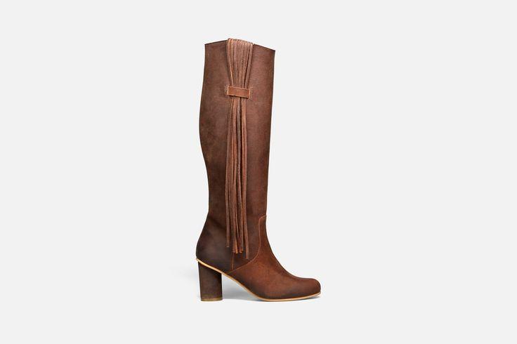 Esta bota em suede de cano alto com detalhe das franjas laterais é ideal para as mais atrevidas! Um modelo Eureka irreverente para os seus looks de inverno. Recomendamos que selecione o seu tamanho ha