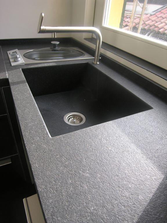 top cucina bulthaup in granito nero assoluto fiammato e spazzolato con lavello scatolare in granito satinato