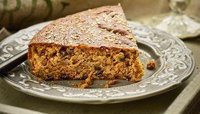 Ψάχνετε με τι θα συνοδεύσετε τον καφέ και τα ζεστά ροφήματα την περίοδο της νηστείας; Αυτό το αρωματικό κέικ με σταφίδες και καρύδια είναι πιο νόστιμη απάντηση.