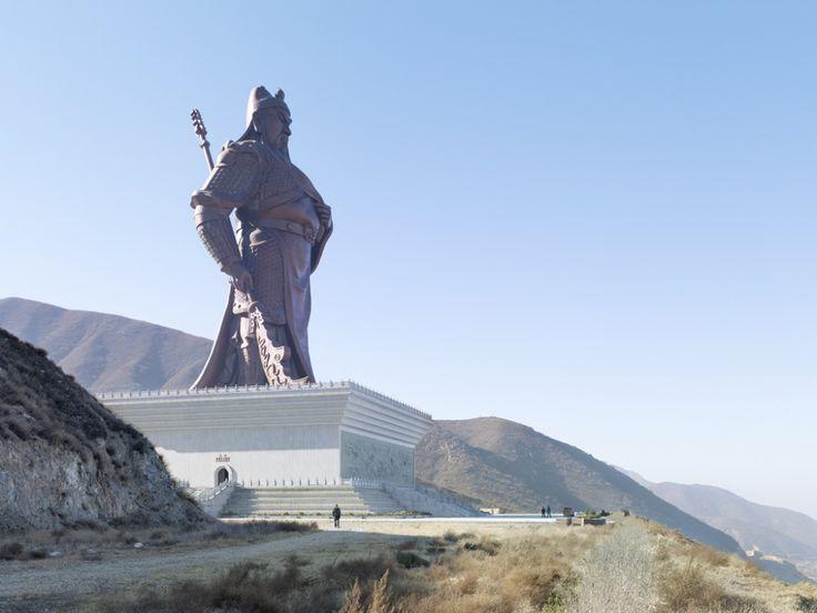 Guan Yu, Yuncheng (Chine) | «La majeure partie des statues géantes se situent en Asie et sont religieuses. Je ne voulais pas me contenter de photographier des symboles religieux, comme celle de Bouddha. D'autant plus que j'avais déjà traité ce thème lors d'un sujet sur les églises modernes. Les statues géantes existent aussi pour autre chose.»
