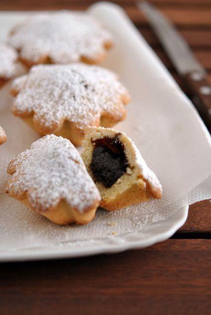 Bocconotti con ripieno di marmellata d'uva, mandorle e cioccolato