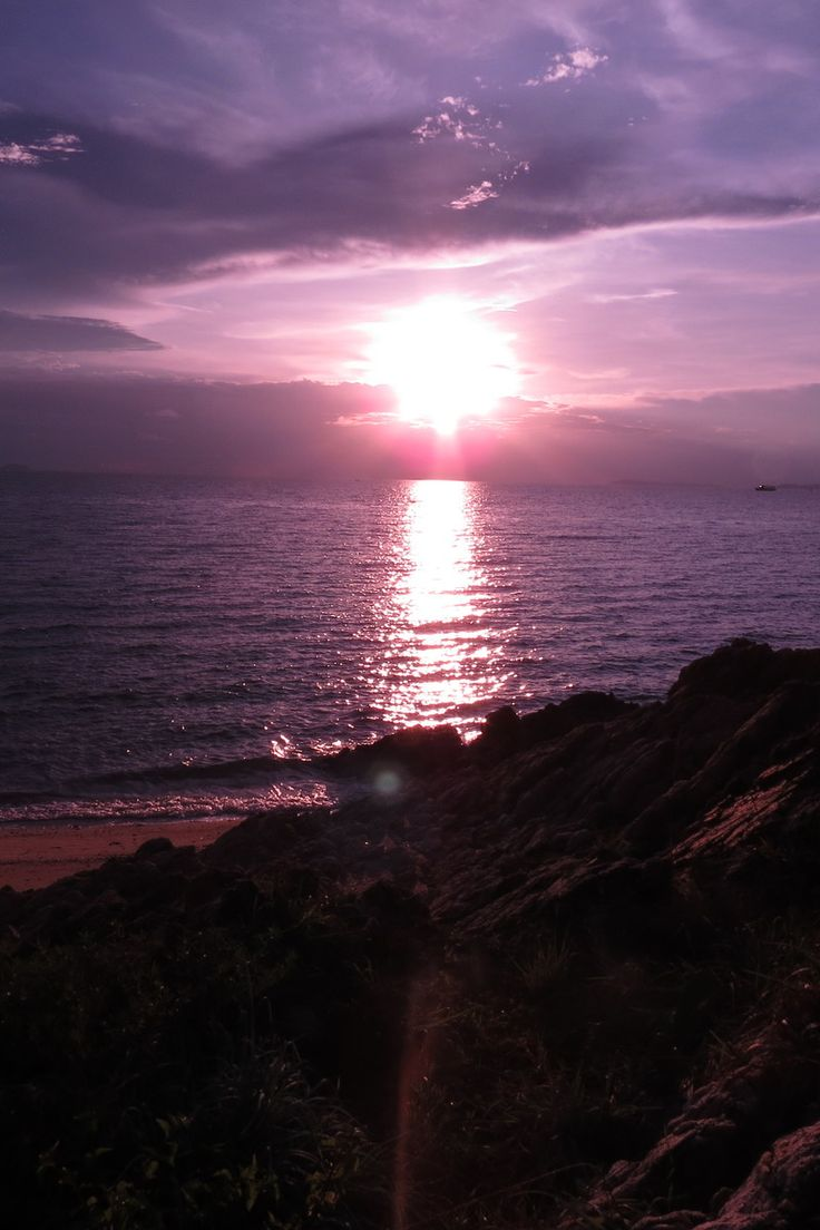 Photo by Danai Kanson. Discover more free photos from Danai: https://www.pexels.com/u/danai-kanson-62896/ #light #sea #dawn