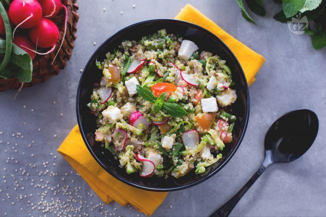 L'insalata di quinoa con verdure è un piatto estivo facile e veloce da preparare, un'alternativa senza glutine alla classica insalata di riso.