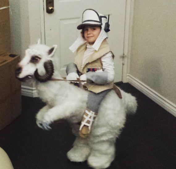 『スター・ウォーズ』ファンも絶賛! あのコスチュームを着た少年の愛らしさに世界中が悶絶 - AOLニュース