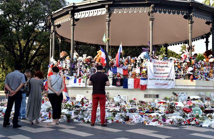 Les hommages pour les victimes du 14 juillet à Nice continuent d'arriver dans le square près de la promenade des Anglais.