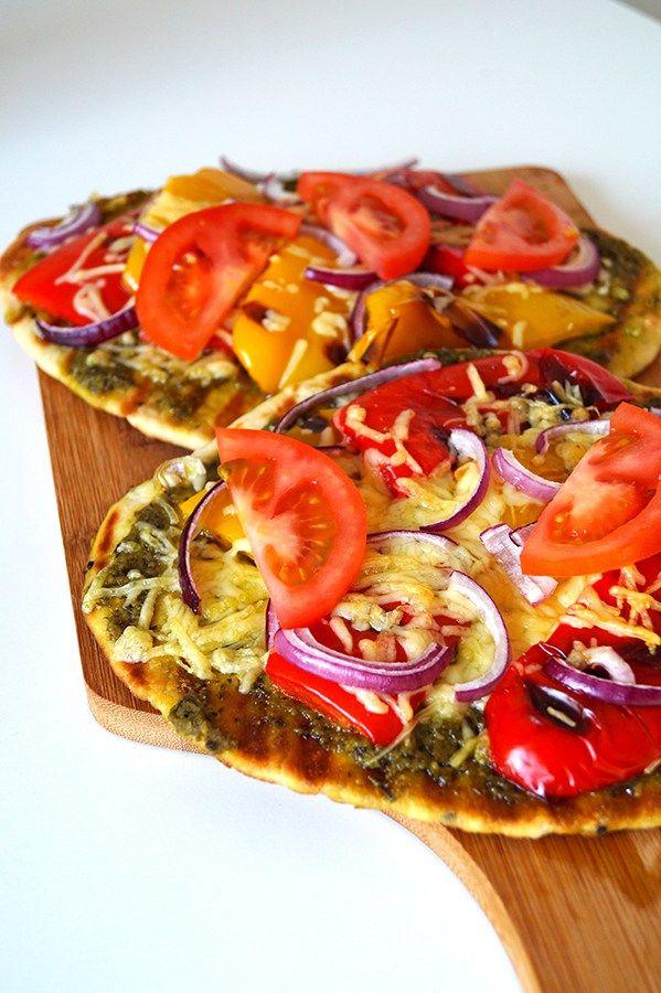 naanbrood met pesto en gegrilde groenten