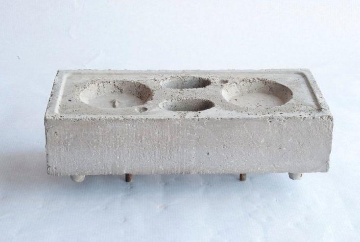 Se le conoce como ladrillo antisísmico, aunque su nombre real es ladrillo autocentrable. Un ladrillo inventado y patentado por un hombre jubilado de Madrid