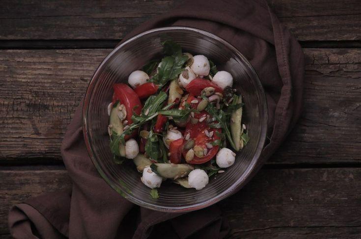 Легкий овощной салат с моцареллой