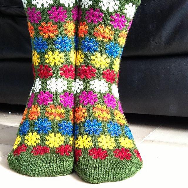 Northknitters Colorful stars on green socks or Flower power