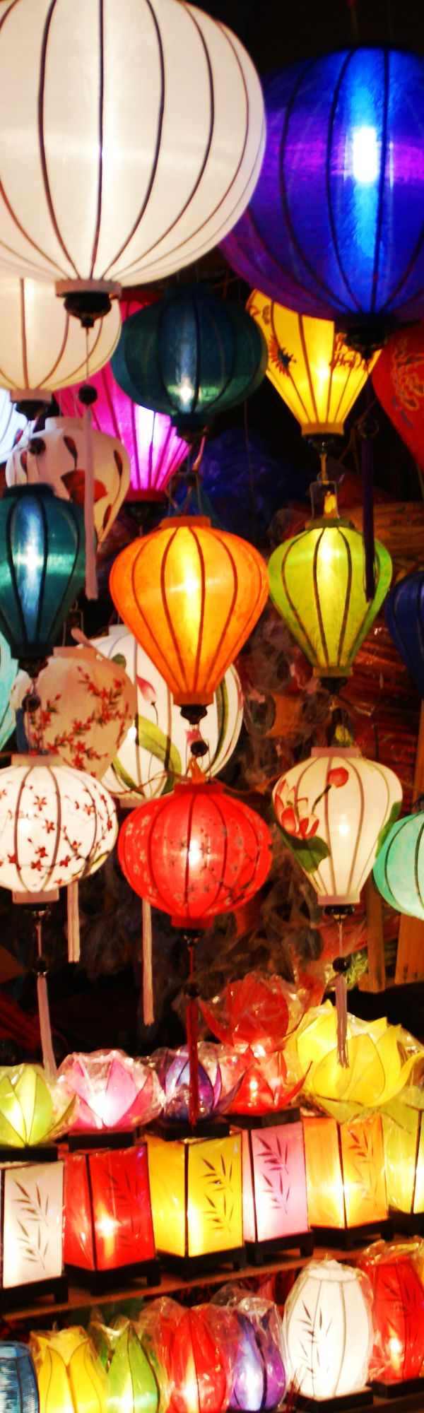 世界遺産の町ホイアンでは美しいランタン祭が有名です。(UNESCO World Heritage Site Hoi An Ancient Town attracts people with the beautiful Lantern Festival)