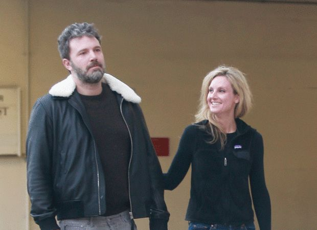 Бен Аффлек замечен на свидании с новой девушкой http://joinfo.ua/showbiz/1192874_Ben-Afflek-zamechen-svidanii-novoy-devushkoy.html  Голливудская знаменитость Бен Аффлек (Ben Affleck), известный благодаря фильмам «Бэтмен» и «Девушка из Джерси» и «Отряд самоубийц», кажется, нашел свою новую любовь после разрыва с Дженнифер Гарнер (Jennifer Garner).Бен Аффлек замечен на свидании с новой девушкой, подробнее...
