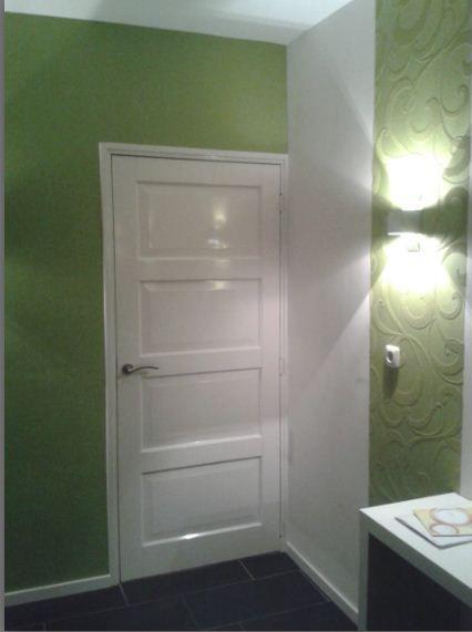 Stroken overschilderbaar behang gecombineerd met muurverf. Producten verkrijgbaar bij Deco Home Bos in Boxmeer. www.decohomebos.nl