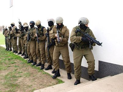 """Operators of Hungarian Army's 34th """"László Bercsényi"""" Special Operations Battalion (KMZ) about to storm the unit's own Killing House."""