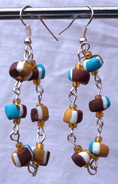 These unique earrings consists of beads that are linked between each other to make it primitive jet admirable. You can wear this on a every day for a classy look. It is created in a loop for that interesting shape. For a even more astonishing look get the tricolor linked bracelet or the tricolor elastic bracelet to have a complete look that have the same style suitable for any age females.