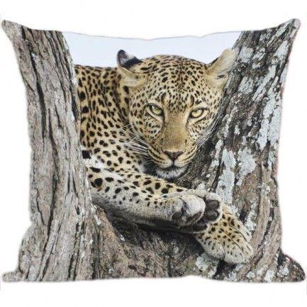 Almofadas com estampa de oncinha, muito estilosas, que fazem diferença no ambiente. Confira mais em www.luisadecor.com.br