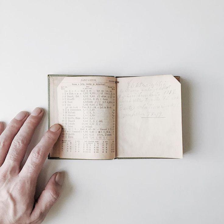 1918年のフィンランドの手帳  1ページに半月分の暦とブランクページのざっくりした作り日付け曜日に続く謎の数字と記号はまるで錬金術のノートみたい月齢とか日照時間とかそんなでしょうか  ちなみに調べてみると1918年は1月から5月迄フィンランドで内戦があったらしいので何かそれらしい記述がないか見てみますがグーグル先生に翻弄されて諦めました(;; by nrpq instagramers I like
