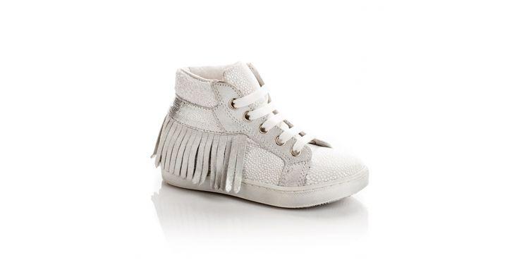 Basket montante SYDNEY en mix de cuirs et tissus fantaisie blancs. Tour arrière de franges en cuir blanc. Fermeture à lacets blancs.
