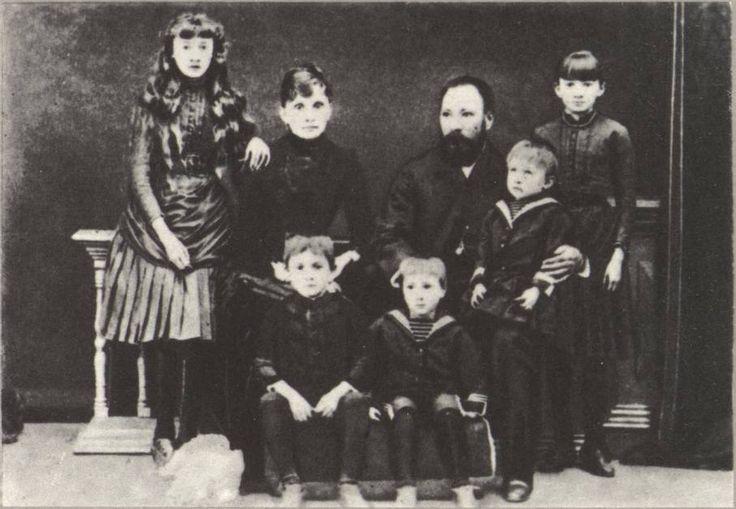 Семья А.Д. Старцева. Слева направо: дочь Лиза, жена Елизавета Николаевна, Алексей Дмитриевич с сыном Сашей, дочь Душа (Евдокия). Внизу — сыновья Коля, Митя. Москва, около 1887 г