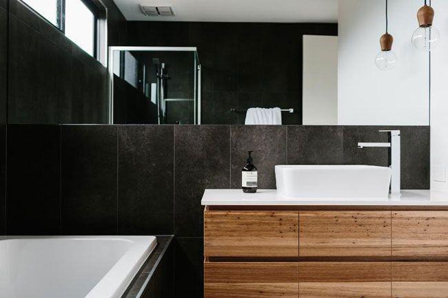 Une maison en noir et blanc-salle de bains