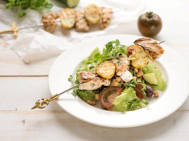 Kana-perunavartaat ja kreikkalainen papusalaatti   Keitä kerralla iso kattilallinen uusia perunoita ja grillaa ylijääneistä potuista seuraavana päivänä herkullisia kanavartaita. Lisukkeeksi sopii Välimeren terveellinen salaatti kastikkeineen.