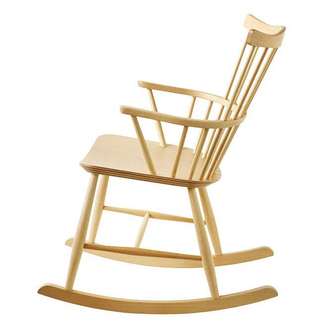 デンマークの家具産業組合〈FDBモブラー〉の初代デザインチーフ、ボーエ・モーエンセンが1950年にデザインし、当時のFDBのアイコン的なロッキングチェア《J52G チェア》が復刻。