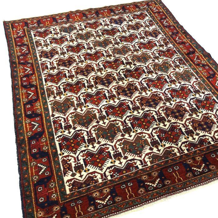 Dit is een handgeknoopt Afshar tapijt, gemaakt van duurzame, natuurlijke materialen. De manier van knopen en diversiteit in patronen maken dit kleed tot een unicum en benadrukken het authentieke en ambachtelijke karakter.  Afshar tapijten worden gemaakt door een Nomaden stam in Iran. Afshar's worden gekenmerkt  door geometrische patronen en de kleuren rood en blauw zijn dominant. Een Afshar is gemaakt van wol van hoge kwaliteit op een katoenen schering (onderdraad).  De Afshar is een…