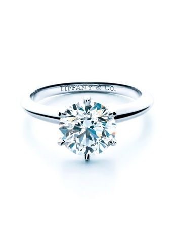 Sortija en platino con diamantes azules, de Tiffany's.