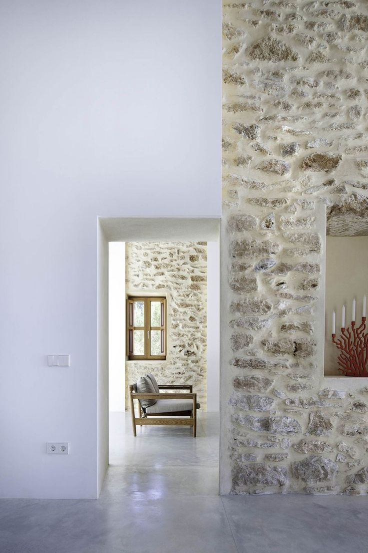 Love the idea of combining stacked stone walls with the thick finish of straw bale. This example is a great contemporary use of the method keeping the space light and bright, whilst incorporating natural mediums.