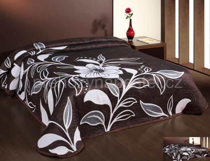Hnědý přehoz na manželskou postel s bílým květem