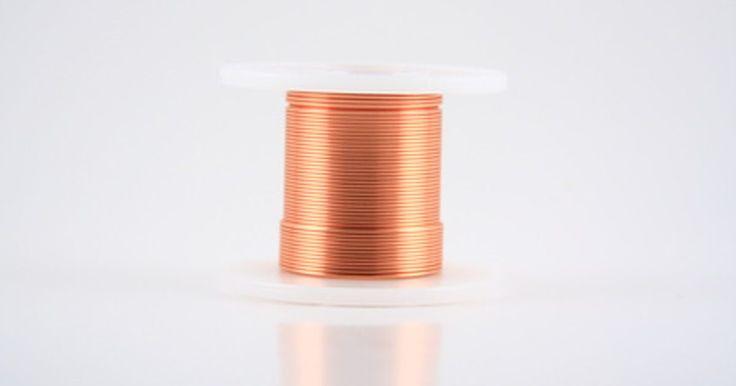 Cómo hallar el diámetro de un alambre de cobre. Los alambres de cobre están categorizados por su tamaño AWG (Espesor de Alambres Norteamericanos, por sus siglas en inglés). El tamaño AWG de un alambre tiene una relación inversamente proporcional con su diámetro; cuanto más bajo sea el AWG, más grueso es el alambre y más pesada es la carga de corriente que puede soportar. Por el contrario, un ...