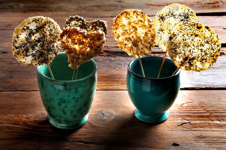 Lecca lecca o lollipop al parmigiano, un aperitivo originale e sfizioso che si prepara in 10 minuti.