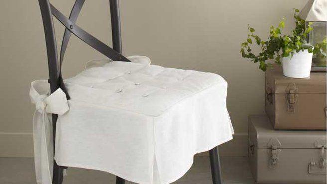 Utiliser une galette de chaise sur laquelle on coud des pans pour relooker complètement une vieille chaise. rajouter une housse pour le dossier (plus facile à faire que pour l'assise) pour une modification totale