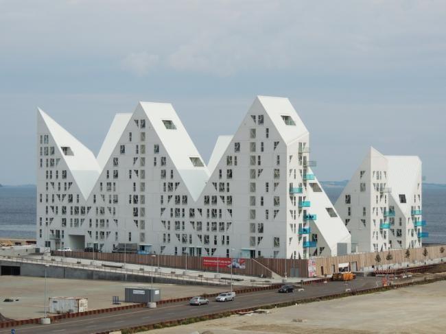 <p>Орхус– активно развивающийся датский город, знаменитый на всю страну своим огромным Институтом архитектуры, в связи с этим многие ныне известные архитекторы и специализированные мастерские начинали свое творчество именно отсюда. Партнерство властей муниципалитета и местных жителей привело к решению сделать изОрхусанаучно-архитектурную столицу, дабы составить существенную конкурентную борьбу не менее колоритному Копенгагену …</p>