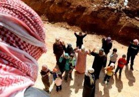 2-Jun-2013 10:18 - RODE KRUIS SLAAT ALARM OVER QUSAIR. Het Rode Kruis maakt zich grote zorgen over de situatie in Qusair. De stad in het noordoosten van Syrië wordt al twee weken belegerd door troepen van president Assad. Duizenden burgers zitten in de val en kunnen geen kant op. Zij hebben dringend hulp nodig, zegt het Rode Kruis. Er is een tekort aan eten, drinken en medische hulpmiddelen. Het Rode Kruis wil graag de stad in om de mensen te helpen, maar dat kan alleen met toestemming...