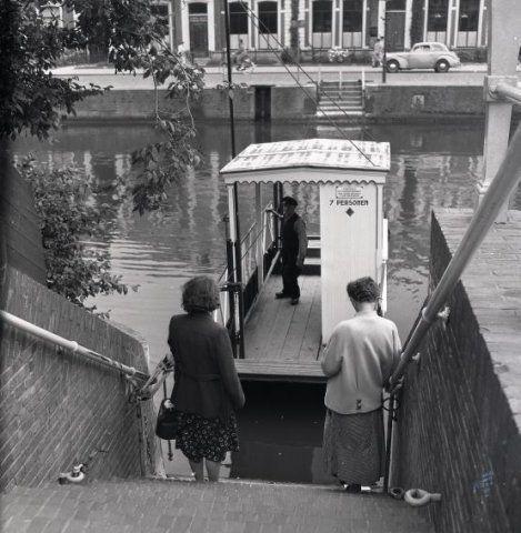 Pontje Zuidergrachtswal, 1956. Bron: Historisch Centrum Leeuwarden - Beeldbank Leeuwarden