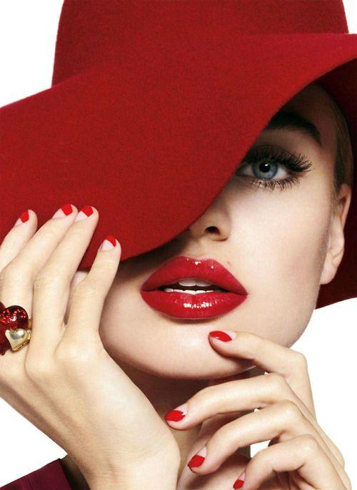 Retro Crimson Captures : Milou Sluis Cosmopolitan