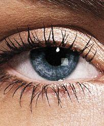 Er zijn altijd bepaalde kleuren die de kleur van je ogen net wat intenser en mooier uit laten komen. Benieuwd welke dat zijn voor blauwe en grijze ogen?