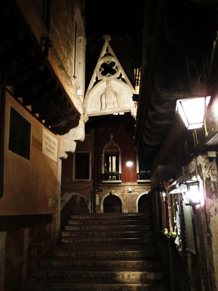 Karmean romanttinen kummitustarina Venetsiassa. Lue lisää http://marimente.pallontallaajat.net/2015/01/30/karmean-romanttinen-kummitustarina-venetsiassa/