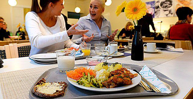 Ihmisen pitäisi syödä tarpeeksi usein ja säännöllisesti. Ateriarytmistä eli ruoka-ajoista kannattaa huolehtia.