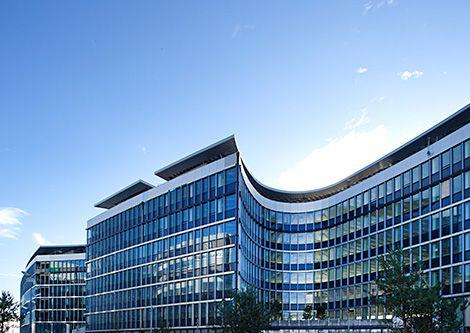 Unilever France a inauguré hier, son nouveau siège, la « Green Station », à Rueil, conçu par l'architecte Jean Michel Wilmotte et réalisé par Bouygues Immobilier. Il s'agit de la plus grande opération tertiaire à énergie positive en France et qui se veut un exemple emblématique des solutions bas carbone.