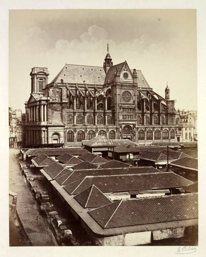 La DESTRUCTION des HALLES de PARIS L'ancien marché des Prouvaires, vers 1852 - Photo Baldus  Le marché des Prouvaires, également nommé halle à la Viande, a été inauguré en 1818. Long de 112 mètres et large de 53 mètres, le marché des Prouvaires comportait 24 hangars en bois.